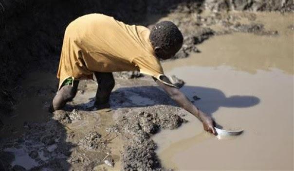 طفل يشرب ماء غير صالح