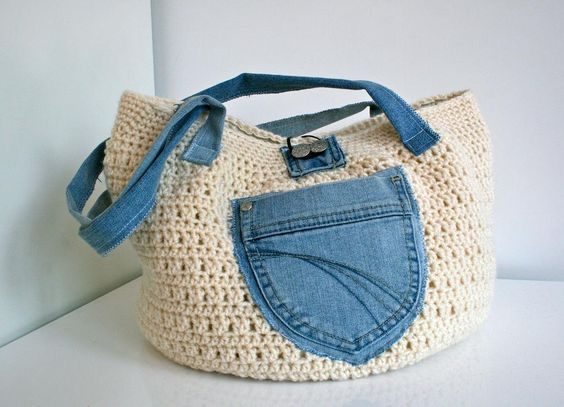 un rectngulo en crochet dobla por la mitad y cose los extremos as tendremos una bolsa de ganchillo slo hay que aadir los detalles con la tela