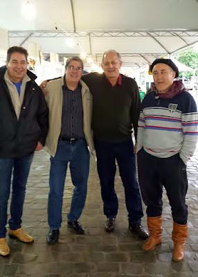 Paulo Marques e Edson Rosa com amigos em Itapua