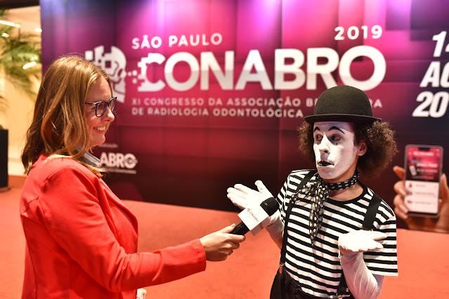 Mímico de Humor e Circo se apresentando entre o público do evento Congresso da Abro em São Paulo.