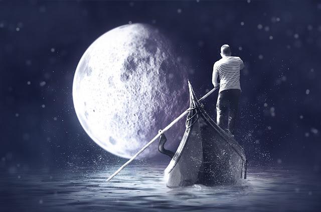 قارب صغير في الليل