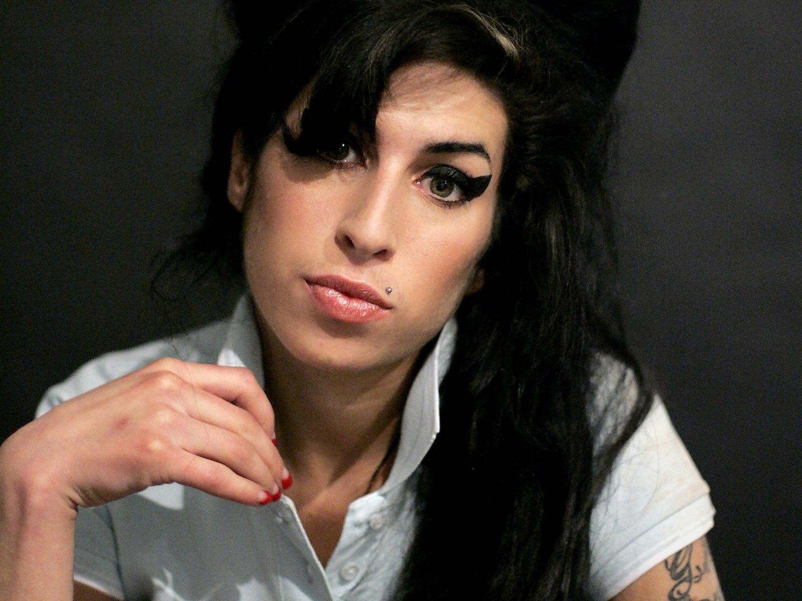 https://1.bp.blogspot.com/-kwxPM08sKoQ/TisNrvDK0FI/AAAAAAAABiY/NXxeArkZLCo/s1600/Amy_Winehouse_0016_1600X1200_Wallpaper.jpg