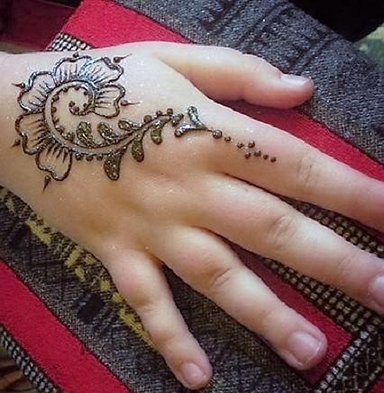 Simple Mehndi Design for Kids Hand