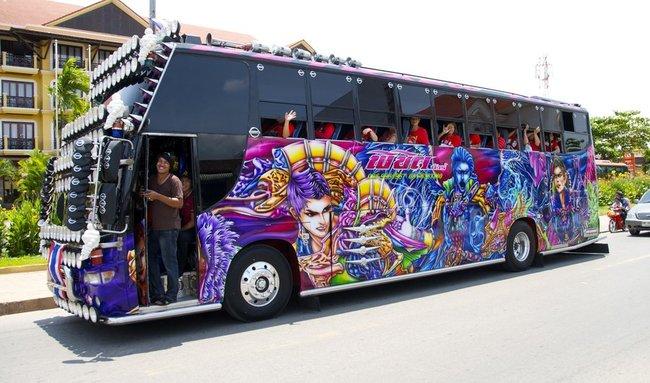 супер автобус с туристами