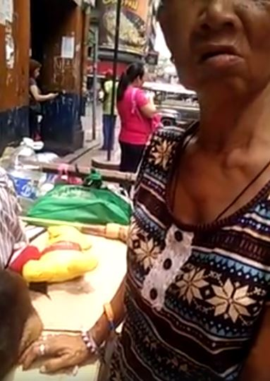 An old lady uses a 'kariton' to bring her sick husband to the hospital. Her story will surely break your heart!
