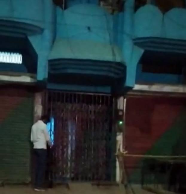 शाम 7:00 बजे के बाद शराब दुकान खुली मिलने पर.. मध्य प्रदेश में पहली बड़ी कार्रवाई.. देवेंद्रनगर में रात साढ़े 8 बजे दुकान बंद करके बेची जा रही थी शराब.. पुलिस ने की धारा 188 के तहत कार्रवाई.. शराब दुकान को सील करके लाइसेंस निरस्त करने पन्ना कलेक्टर को प्रतिवेदन भेजा..