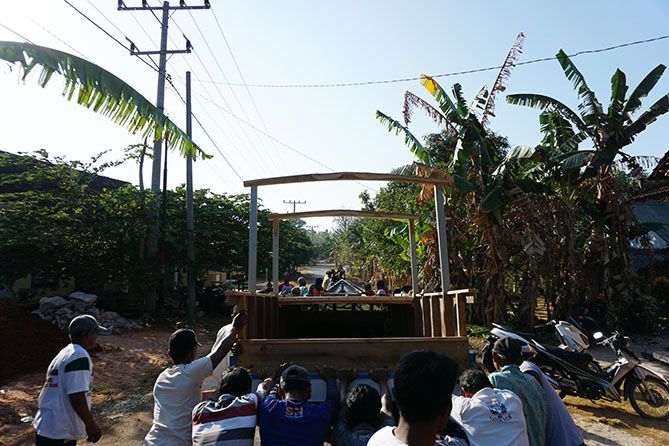 Melintasi jalan utama di kampung