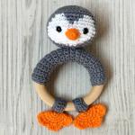 http://www.artedetei.com/2017/07/mordedor-pinguino-crochet-patron-gratis.html