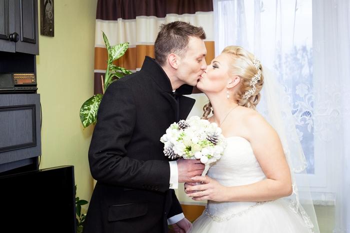 państwo młodzi, ślub, weeding, grudzień, zima, ślub zimą, bukiet, szyszki, bukiet z szyszek, spinka, suknia ślubna, garnitur, Lancerto, mąż, żona