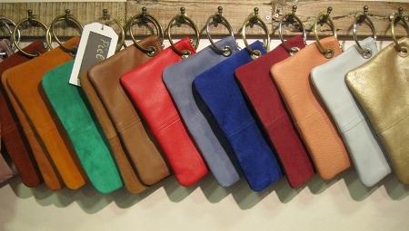 Bolsos en dos tamaños y colores variados