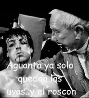 Rocky con la cara golpeada, le dice el entrenador que aguante que solo queda las uvas y el roscón