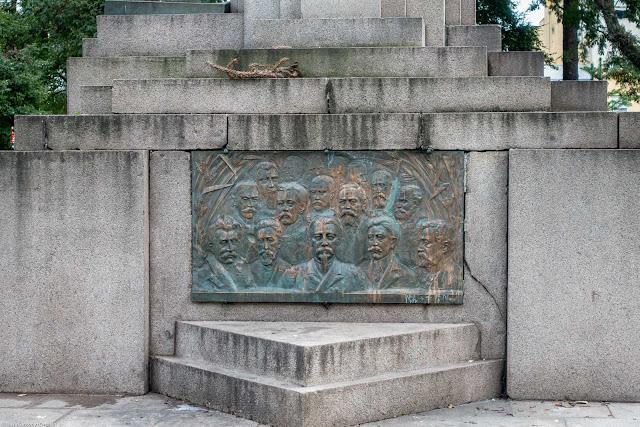 Monumento à República. Placa em bronze com os principais personagens, tendo em primeiro plano Benjamin Constant