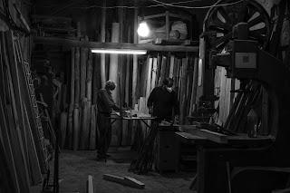 Hombres trabajando en el taller
