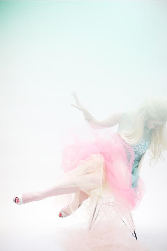 photographie d'une femme blonde en habit pastel