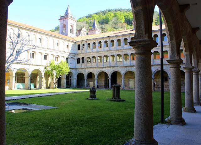Claustro del monasterio de Santo Estevo de Ribas del Sil, en la Ribera Sacra, Orense