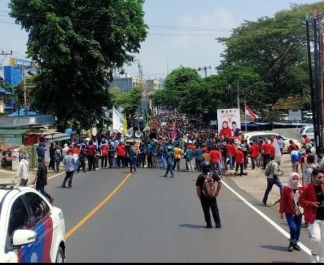 Tolak Omnibus Law, Buruh dan Mahasiswa Demo Besar di Lampung