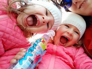 Dzieci, bliźniaki w podróży.