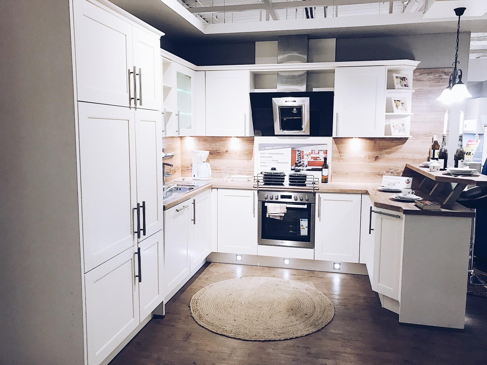 """But First - Küchenplanung. Eines mitunter der wichtigsten Punkte egal ob beim Hausbau, Kauf einer Eigentumswohnung oder Miete ist die Küche. Ich hatte das Glück immer schon eine Küche in den Wohnungen, welche ich bewohnte zu haben und musste mich noch nie damit beschäftigen. Nun bei unserem """"Projekt Eigenheim"""" ist es soweit und wir müssen uns Gedanken rund um Fron-, Korpus- und Arbeitsplattenfarben machen. Ich bin schon gespannt welche Küche es dann wirklich wird. Die Küchenplanung haben wir übrigends bei Möbelix machen lassen und die abgebildeten Pläne habe ich selbst auf der Möbelix-Webseite erstellt."""