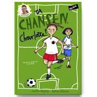 Omslag till Ta chansen, Charlotte! Bilden visar två flickor på en fotbollsmatch. I hörnet finns ett foto på den riktiga Charlotte Rohlin.