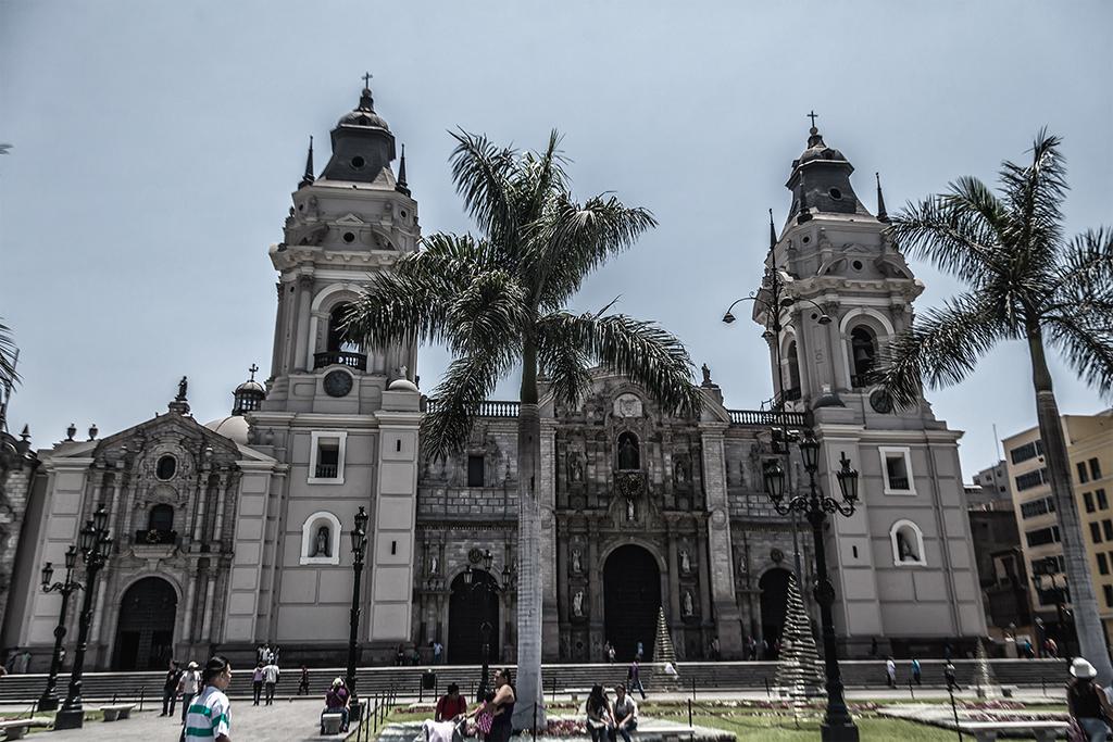 Vista frontal de la Catedral de Lima