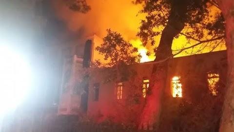 Στις φλόγες τυλίχτηκε το Πολεμικό Μουσείο των Χανίων - Συναγερμός στην Πυροσβεστική