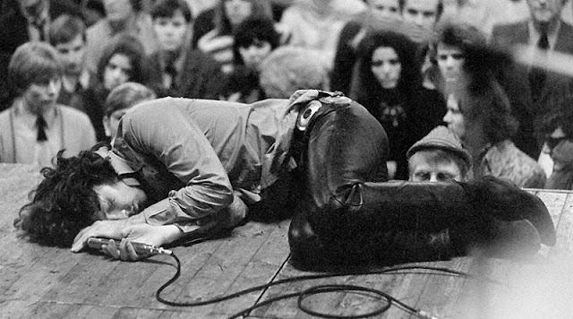 Jim Morrison tirado en el suelo