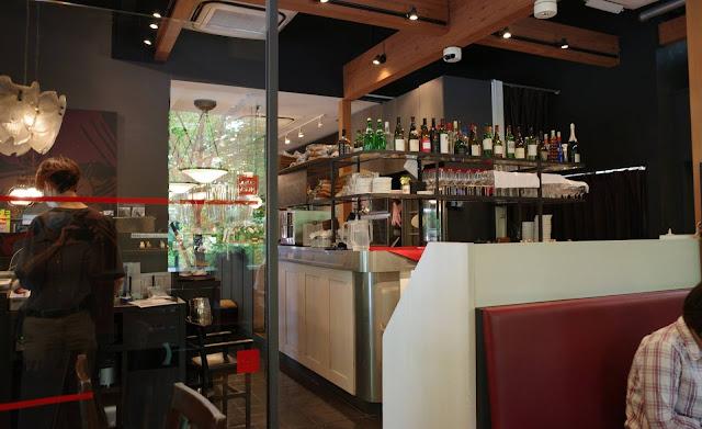 ベーカリー&レストラン沢村の店内…テーブル席の数は多くない