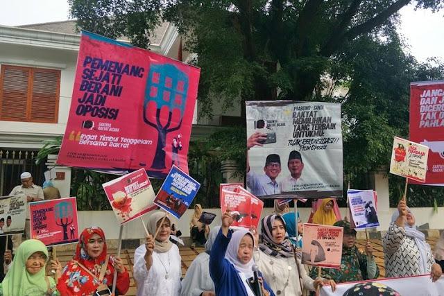 Emak-emak Gelar Aksi di Depan Rumah Prabowo, Tolak Wacana Rekonsiliasi