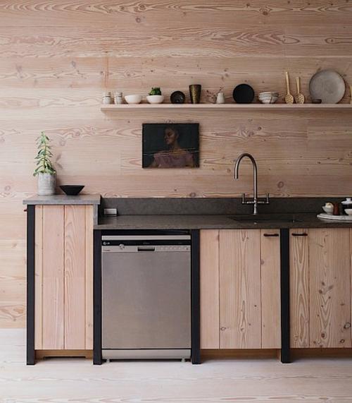 Holz lässt schnell an Partyräume aus den 70er Jahren denken. Dass es anders geht, beweist diese stylische Küche.