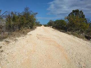 Carretera desde la Cueva de Cabo Rojo hacia Bahía de las Águilas sigue deteriorada