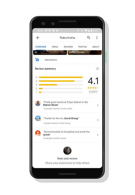 Ein Smartphone zeigt Google Maps Bewertungen