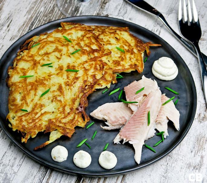 Limburgse riefkeukskes, aardappelpannenkoekjes, met gerookte forel en mierikswortelroom