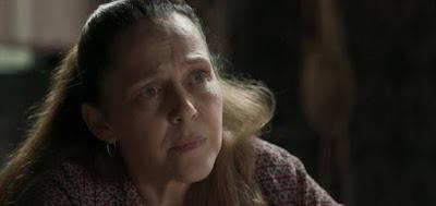 Judith (Isabela Garcia) em cena de O Sétimo Guardião; governanta demonstrará frieza ao falar sobre mortes