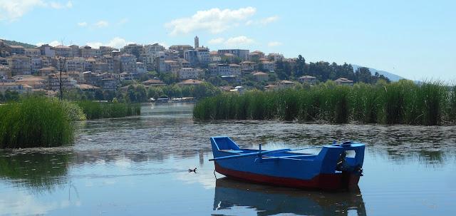 ΚΑΣΤΟΡΙΑ - Τέλος τα τραπεζοκαθίσματα δίπλα από την λίμνη
