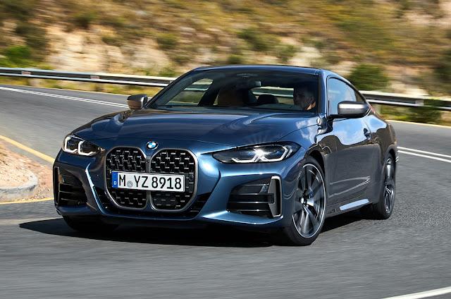 BMW 4 series 2021 color gris azulado plateado en marcha en carretera
