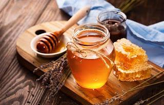 ودعي حب الشباب والمسام الواسعة مع قناع الشاي الأخضر والعسل.