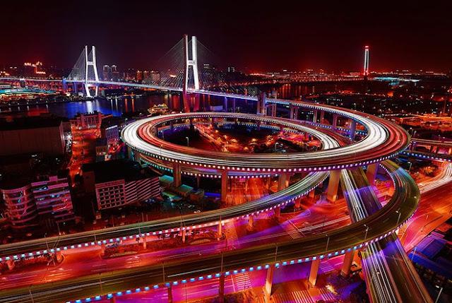 Đường cao tốc vành đai trong từ giao lộ Diên An dẫn thẳng đến cầu Nam Phố, nơi nối hai bờ Thượng Hải. Cây cầu với kết cấu xoắn nhiều vòng độc đáo không chỉ giải quyết ùn tắc giờ cao điểm mà còn có giá trị thẩm mỹ trong kiến trúc. Nam Phố là cây cầu nhộn nhịp bậc nhất Trung Quốc, mỗi ngày có khoảng 14.000-17.000 lượt xe cộ qua lại. Đặc biệt, ý tưởng chiếc cầu này là của một cậu bé 9 tuổi.