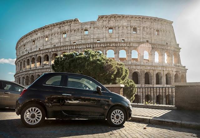 Carro estacionado na frente do Coliseu de Roma na Itália