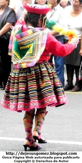 Foto de la cuzqueña o cuzqueñita de espalda en el pasacalle de Plaza Mayor de Lima por Jesus Gómez
