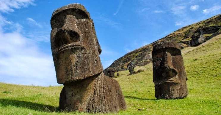 Moai heykelleri, Şili'nin 3703 kilometre batısındaki Paskalya Adası'nda bulunmaktadır.