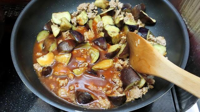 ひき肉の色が変わり、なすが油を吸い焼き色がつき、火が通ったら【合わせ調味料】を加えて弱火~中火にしてスパゲティがゆで上がるまで時々混ぜながら煮込みます。 長くても2~3分くらいの煮込み時間目安です。スパゲティがゆで上がるのをそれ以上の場合は、一旦火を止めておきます。 この段階でなすにしっかり火が通るようにします。