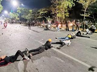 Demo Tolak UU Cipta Kerja: Mahasiswa Makassar Lanjutkan Demo, Tutup Jalan hingga Malam