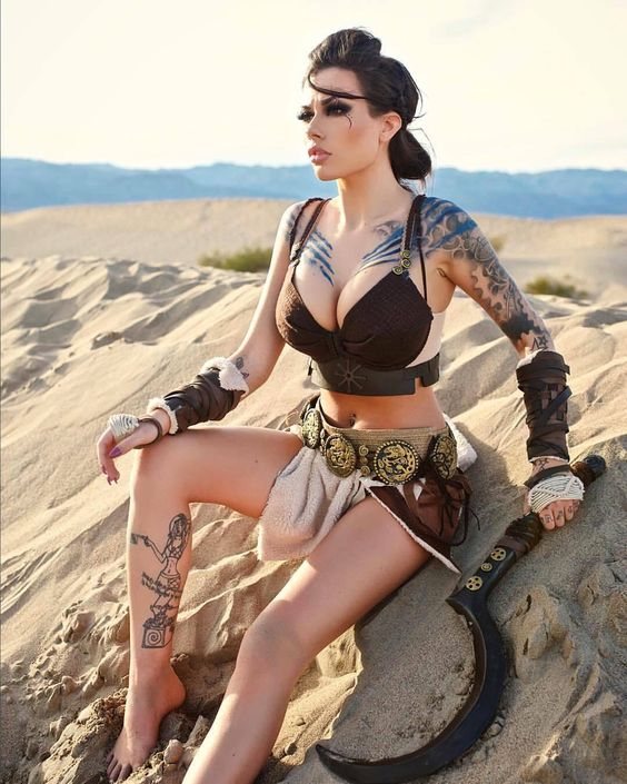cosplay girls, tatuaggi, spada, sabbia, deserto, tette grosse