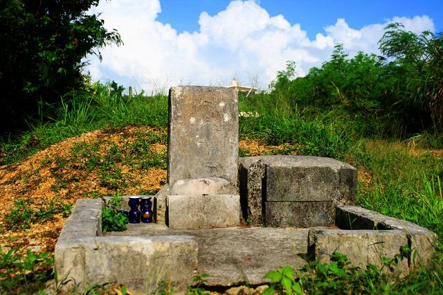 チビチリガマの拝所の写真