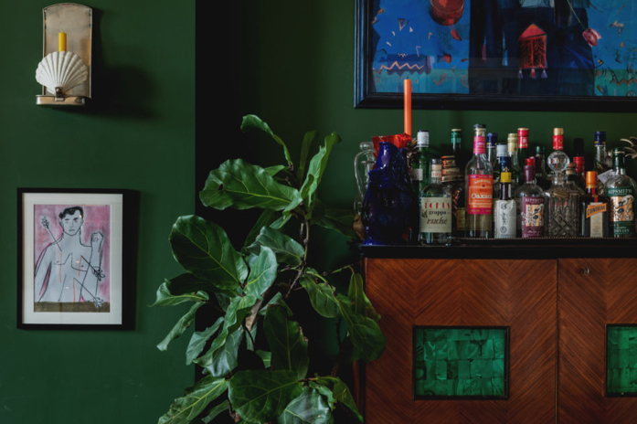 Loving this bar area with the fiddle leaf fig