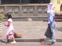 Demi Bantu Pekerjaan Ibunya, Gadis Cilik ini Rela Menyapu Jalanan ditengah Terik Panas Matahari