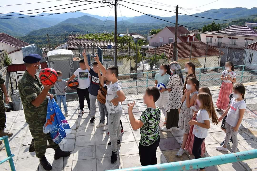 Θράκη: Ο Στρατός προσέφερε υπολογιστές, βιβλιοθήκες και δώρα στα μειονοτικά σχολεία