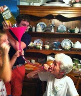 alte Menschen beim saufen - Oma hat Geburtstag lustig