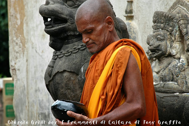 Monaco buddista con la ciotola per le offerte a Kathmandu