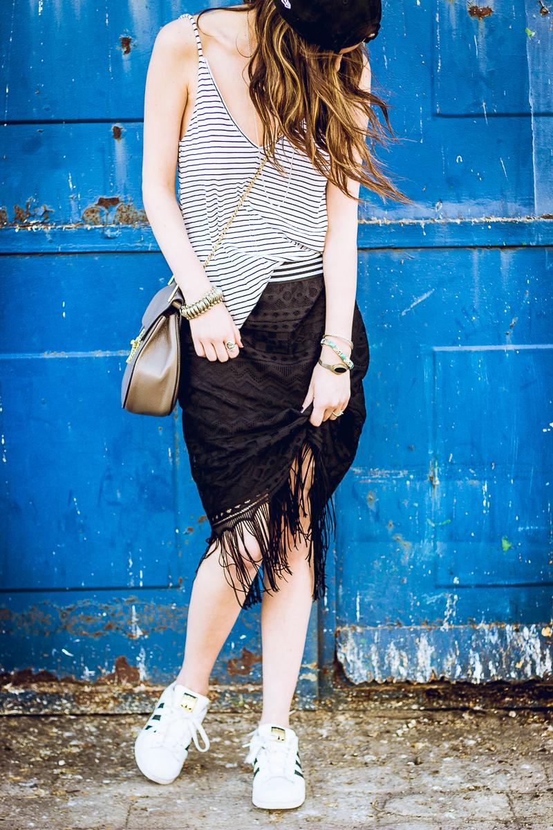 falda negra de felcos y encaje deportiva